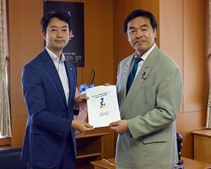 馳文科相に要請書を手渡す熊谷千葉市長