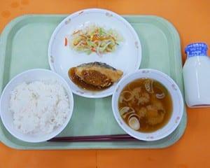 ごはん、味噌汁、魚、和え物の一汁二菜を基本とした和食を週2回提供