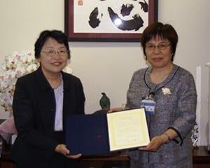 杉村美紀副学長(左)と岡田優子教育長(右)が協力を誓い合った