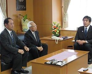 馳文科相と面会する野澤新会長(右)と鈴木前会長