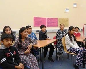 イギリス・レスター市の小学校。この日はパジャマで登校する日。全員が自信を持って話す