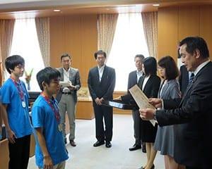金メダルを受賞した髙谷さん(左)に表彰状を手渡す馳文科相