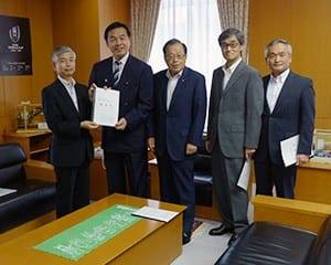 馳文科相に要望書を手渡す鈴木福島県教育長(左)