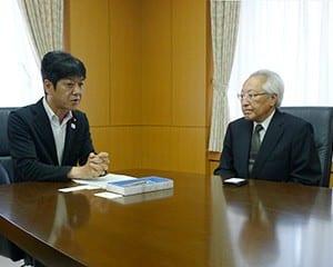 義家副大臣に事情を説明する野澤伸会長