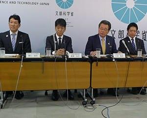 会見に臨む(右から)田野瀬新政務官、水落新副大臣、義家副大臣、樋口新政務官