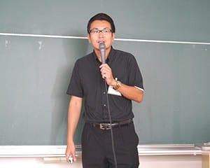 大前准教授は学級経営ピラミッドを示し説明した