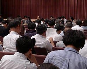 教科書発行会社などから約300人が参加した