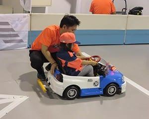 交通安全を意識して運転する女の子(5歳)