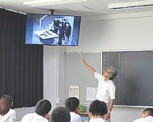 写真を使って社会科の授業を行う松永主幹教諭