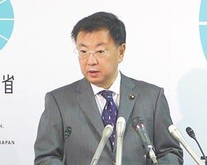 閣議後会見で「震度5弱を計測した福島県教委などに注意喚起を行った」と話す松野文科相