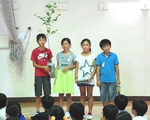 絵本と苗木の贈呈が行われた