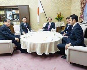 財務省で大臣折衝に臨む、松野文科相と麻生財務相ら