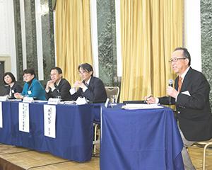 グループセッションで参加者に問いかける嶋野教授