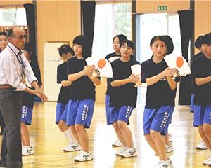 田植え踊りを練習する生徒
