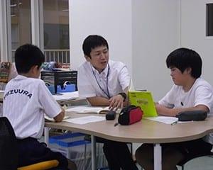 担任と一緒に読書会をする生徒