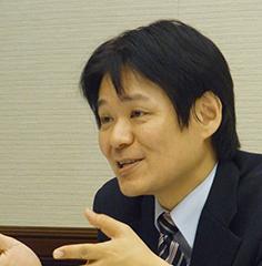 言語能力の向上が不可欠 坪田課長