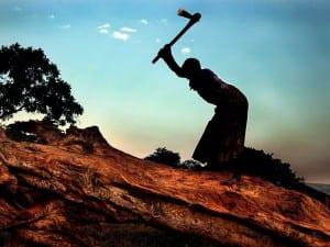 食糧を得るために木を削る少女=UNICEF/HQ02-0260/Ami Vitale