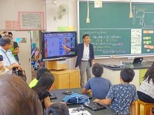 プログラミングについて説明する松田校長