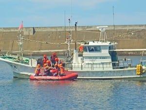 海上で水難救助訓練