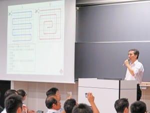 プログラミングの教育効果について講演する鷲崎弘宣早大教授