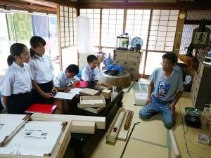 地域PR発信をするために地域の桐箱工房を取材に訪れた生徒たち