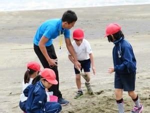 受け入れ校の児童と都市部の児童が共に学ぶ。大人は派遣された教員
