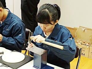 銅板折り鶴の製作風景