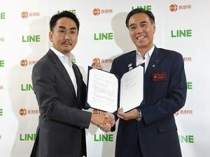 会見に臨む出澤剛LINE社長(左)と阿部守一長野県知事(今年8月、長野県提供)