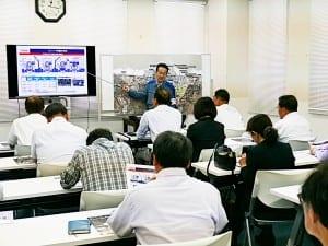 東京電力社員から説明を聞く参加者