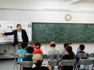 子供たちに著作権を教える久保田さん(左)=ACCS提供(平成27年5月5日、東京都新宿区の芸能花伝舎で撮影)