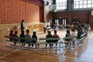 授業に際して説明を受ける児童生徒たち(パナソニックエイジフリー提供)