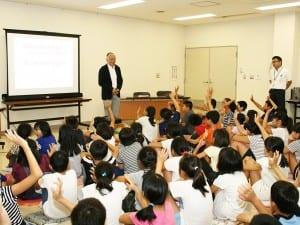 児童らは福田教授の問いかけに元気に手を挙げていた