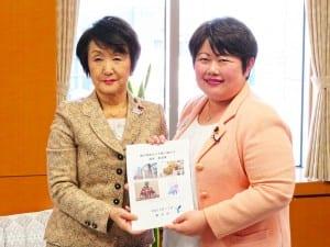 宮川政務官(右)に要望書を手交する林市長