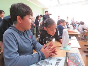 Musioに英語で話しかける児童
