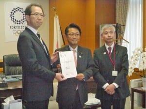内堀知事(左)から要望書を受け取った丹羽副大臣(中)