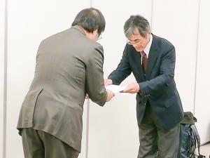文科省に対応改善を求める内海代表世話人(右)