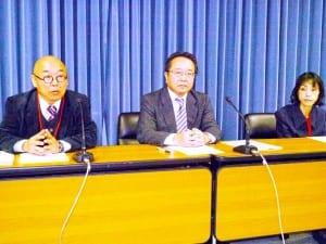 永島民男中央執行委員長(中)と山口直之書記長(左)が会見した