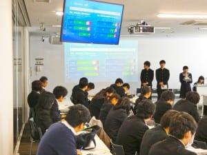グループ討論で防災の取り組みを発表する高校生