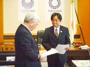要望書を受け取る丹羽秀樹副大臣(右)