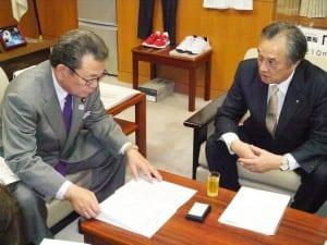 要望書を伝えるの伊澤福島県双葉町長(右)と水落敏栄文科副大臣