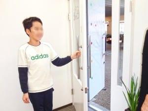 どうぞとドアを開ける