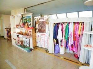 各国の民族衣装や民芸品が並ぶコーナー