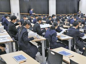 タブレット端末の操作方法を確認する受験生たち(佐賀大提供)