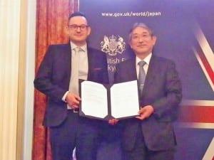 調印書を手にしたブリティッシュ・カウンシルのバーニー代表と東京外大の立石学長
