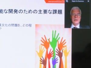 学校が果たす役割も重要だと説明するシュライヒャーOECD教育・スキル局長