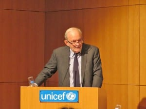 日本で開れた発表会で概要を説明するレーク事務局長