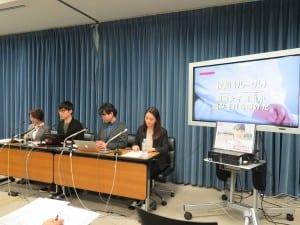校則といじめの関係性を指摘する荻上チキ氏ら(左から2人目)