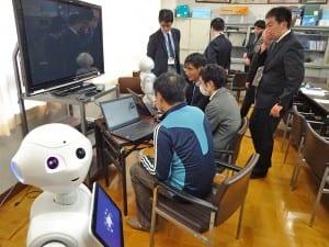 教員らが集まったペッパー研修会(今年2月、東京都狛江市立狛江第四中学校)