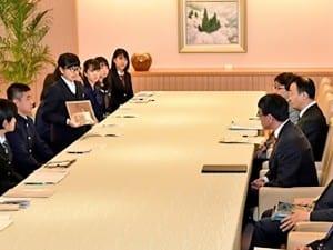 活動を報告する高校生平和大使(外務省HPより)