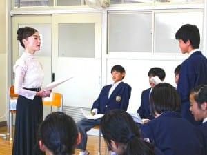 キャリアチャレンジデーでマダム由美子さんに質問する生徒